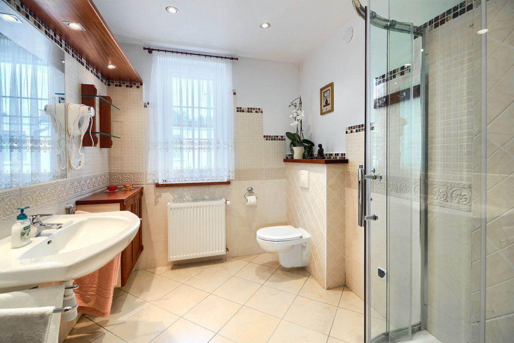 Apartament Beta łazienka z pralką oraz suszarką do włosów