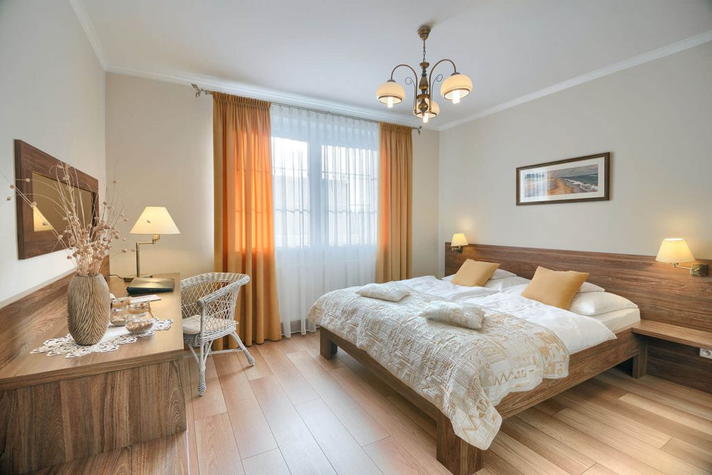 Apartament Beta sypialnia z dużym podwójnym łóżkiem